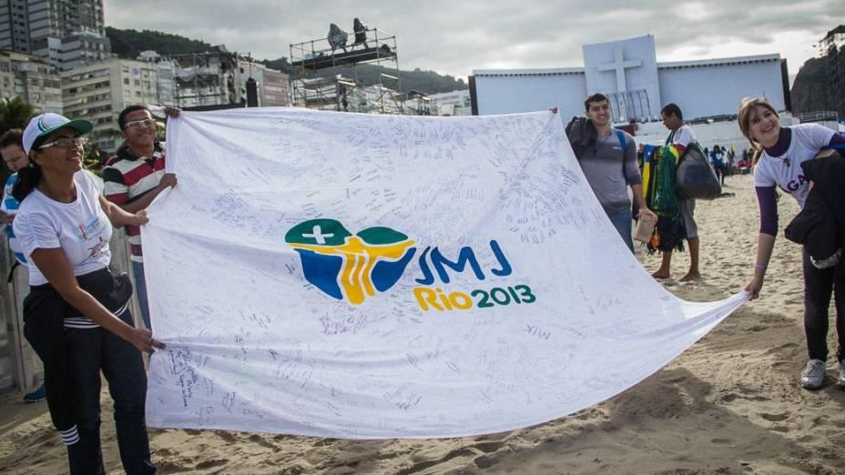 Peregrinos na praia de Copacabana durante a Jornada Mundial da Juventude