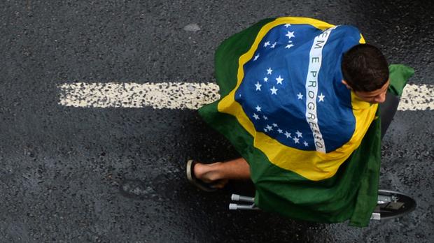 Peregrino anda de bicicleta em Copacabana durante a Jornda Mundial da Juventude