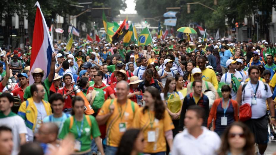 Peregrinos caminham para a praia de Copacabana, em 27/07/2013