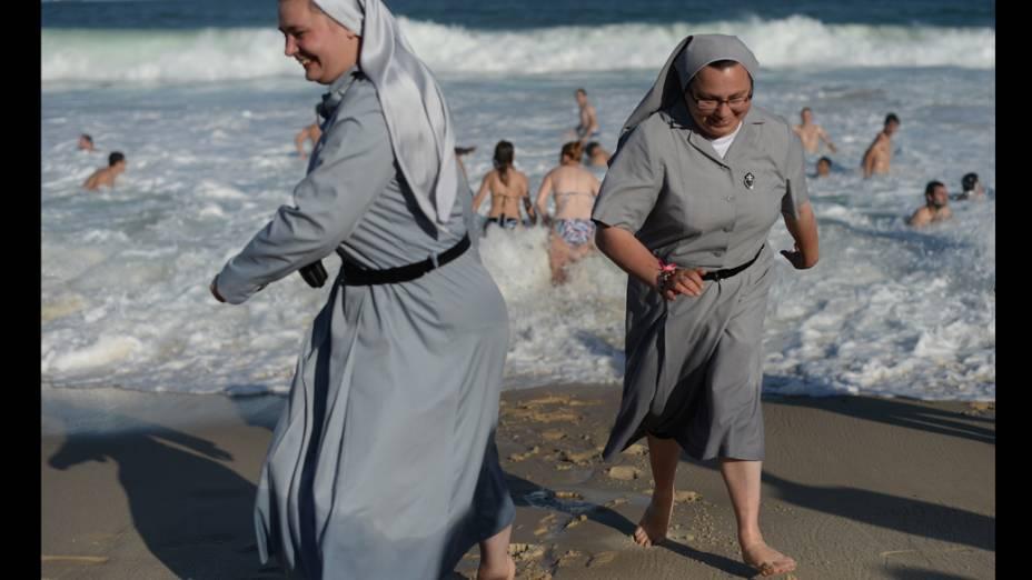 Freiras na praia de Copacabana durante a Jornada Mundial da Juventude, em 27/07/2013
