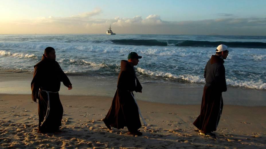 Peregrinos amanhecem na praia de Copacabana, em 28/07/2013