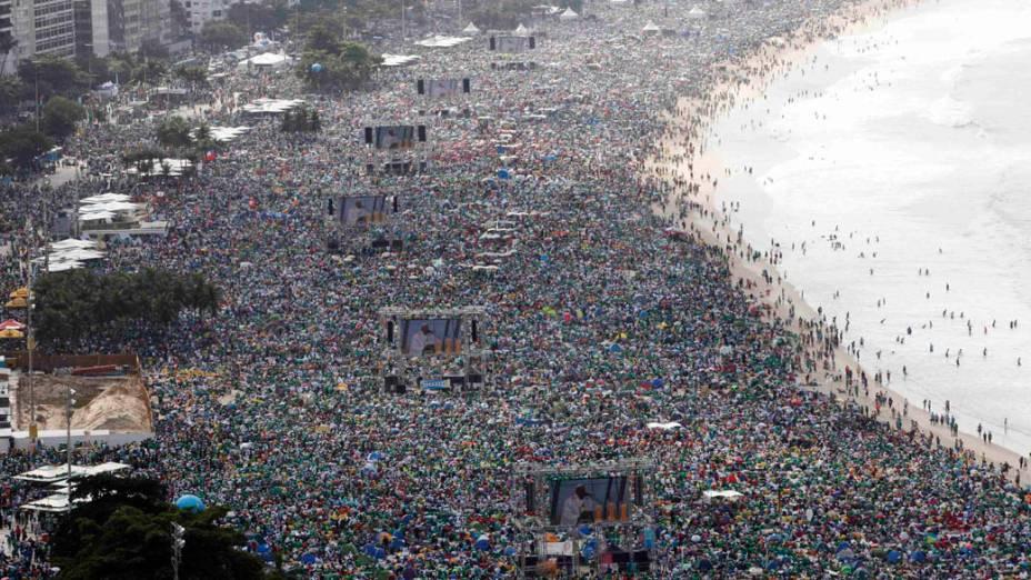 Fiéis lotam praia de Copacabana durante a JMJ 2013