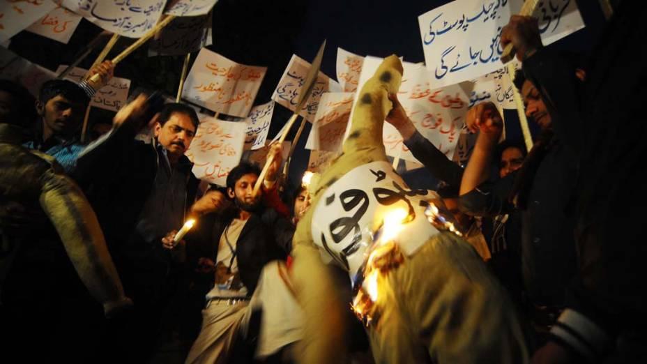Ativistas colocam fogo em boneco representando a Otan durante protesto contra ataques ao Paquistão, em Lahore