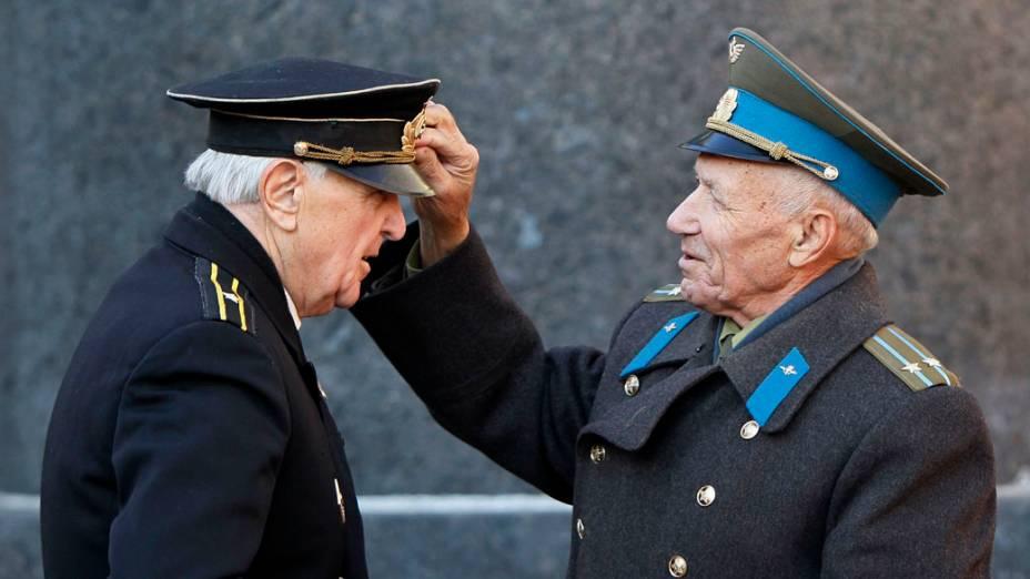 Homens se preparam para as comemorações do 95º aniversário da revolução bolchevique em Kiev, na Ucrânia