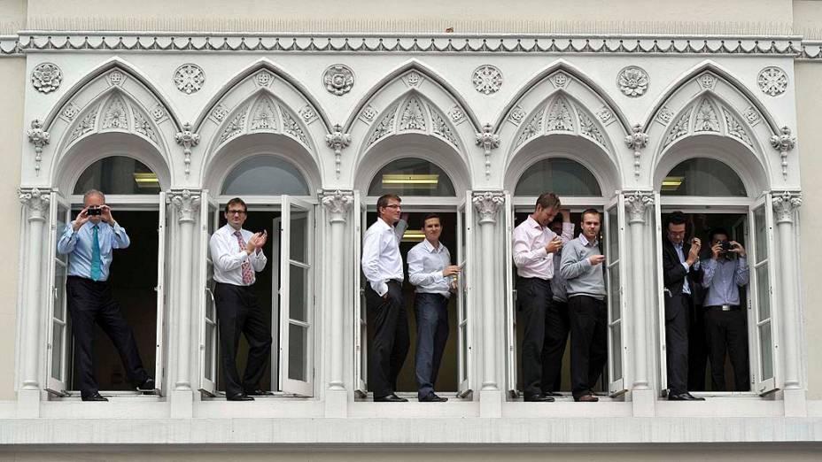 Funcionários assistem desfile das delegações olímpicas britânicas, em Londres