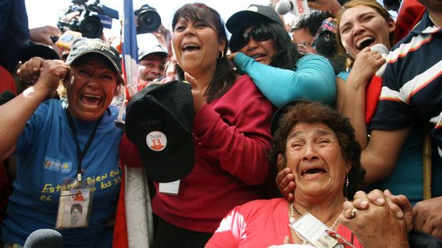 Familiares acompanham o resgate dos mineiros na mina San José