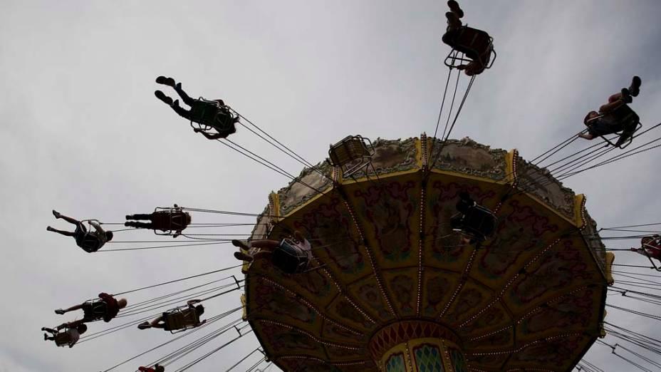 Visitantes em parque de diversões durante o Sydney Royal Easter Show, no Parque Olímpico de Sydney, Austrália