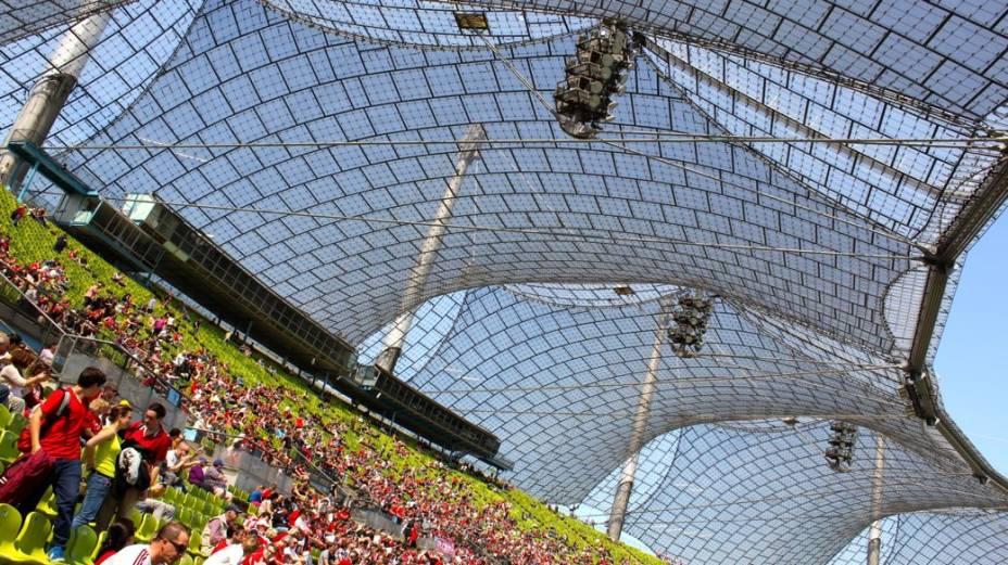 O Estádio Olímpico de Munique, com sua famosa cobertura de metal e acrílico: o local foi palco da cerimônia em homenagem aos atletas israelenses mortos pelos palestinos