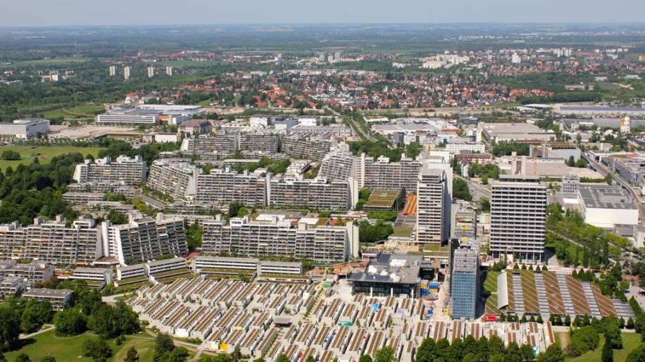 Vista aérea da vila olímpica de Munique, palco da pior tragédia da história olímpica. A rua onde ficava o apartamento dos israelenses está na segunda fileira de prédios, na Connollystrasse