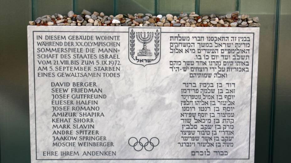 Na entrada do apartamento do número 31 da Connollystrasse, uma placa de mármore lista os nomes dos atletas israelenses mortos pelo grupo Setembro Negro