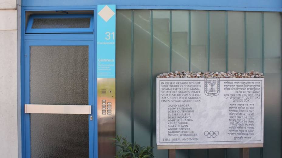 Por trás do vidro, a escadaria por onde os terroristas subiram para chegar aos quartos dos atletas israelenses. Hoje, o local é ocupado por um escritório do Instituto Max Planck