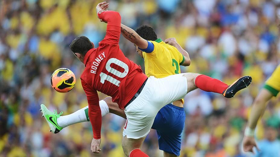 Thiago Silva disputa jogada pelo alto com Wayne Rooney no amistoso entre Brasil e Inglaterra no Maracanã, no Rio de Janeiro