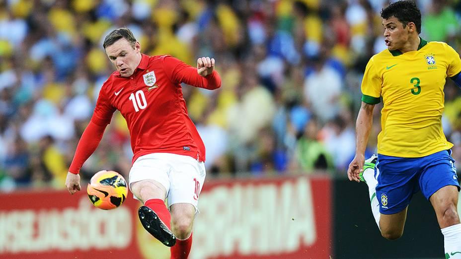 Wayne Rooney domina a bola sob marcação do zagueiro Thiago Silva durante o amistoso entre Brasil e Inglaterra na reinauguração do Maracanã