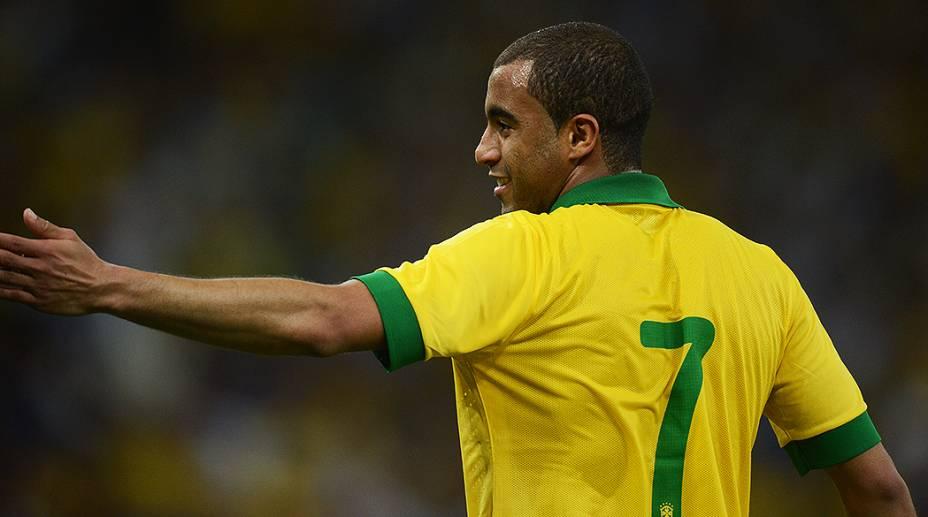 Lucas durante partida contra a Inglaterra na reinauguração do Maracanã