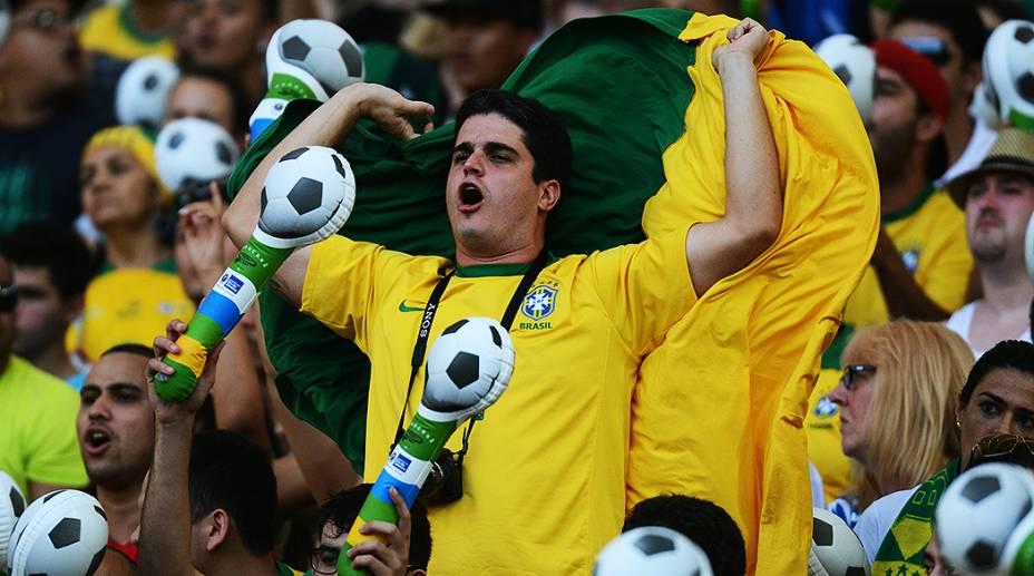 Torcida faz a festa na reinauguração do Maracanã em partida amistosa entre Brasil e Inglaterra