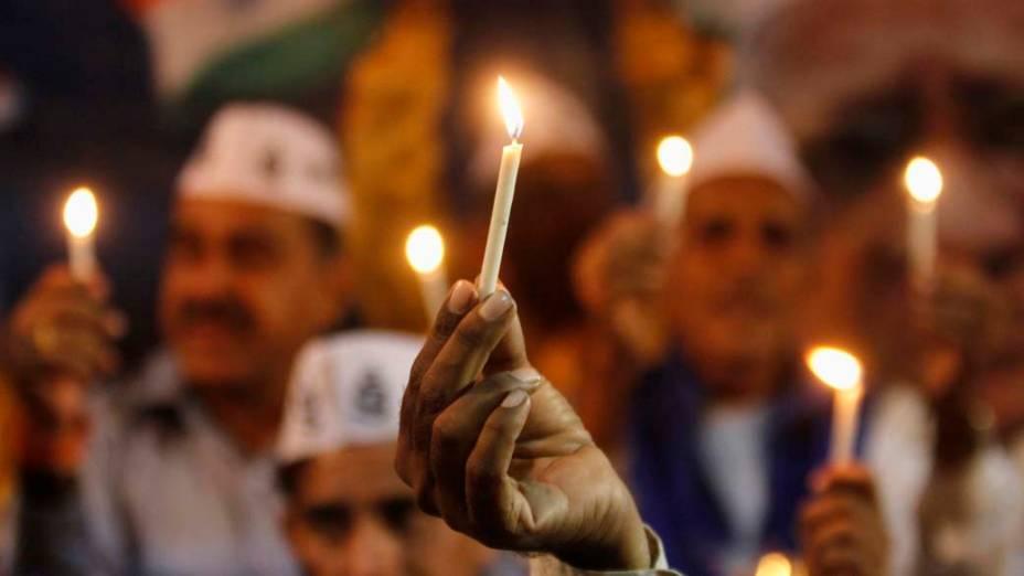 Partidários seguram velas durante vigília em apoio a Anne Hazare, que fez greve de fome para exigir que o Parlamento endureça uma lei anti-corrupção aprovada pelo governo em Mumbai, Índia