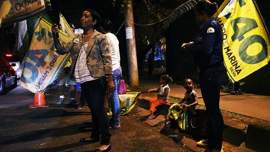 APOIO - Simpatizantes da candidata Marina Silva (PSB) em frente aos portões do Grupo Bandeirantes, onde foi promovido o primeiro debate dos presidenciáveis