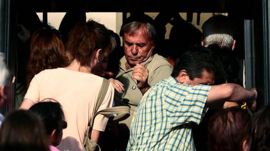 Passageiros em ônibus lotado durante dia de greve dos transportes em Atenas, Grécia