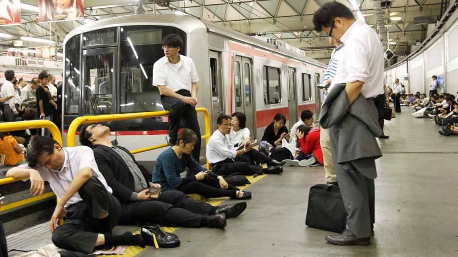 Em Tóquio, passageiros aguardam retorno dos serviços de trens após tufão que atingiu o Japão