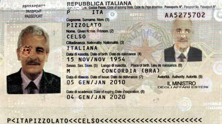 Passaporte falso usado por Pizzolato durante o tempo que ficou foragido. No documento é possível ver o nome do irmão de Pizzolato, Celso, e a foto adulterada