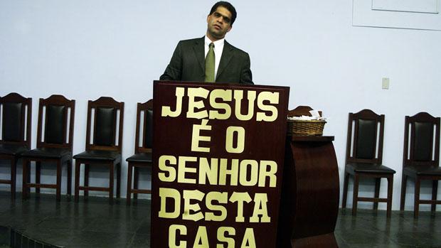 O pastor Marcos Pereira da Silva durante culto na Assembleia de Deus dos Últimos Dias, em São João de Meriti, na Baixada Fluminense