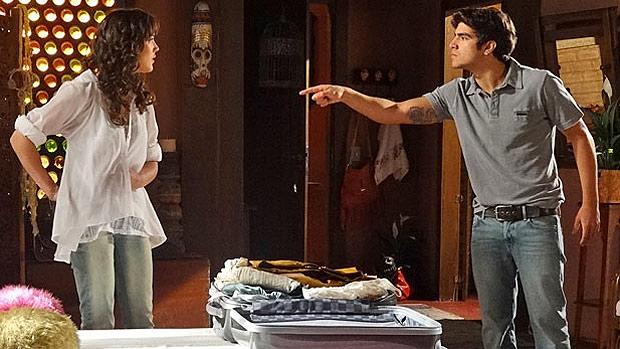 Patrícia (Adriana Birolli) e Antenor (Caio Castro) brigam em <em>Fina Estampa</em>. Ela vai morar na mansão de Pereirão. Ele, não
