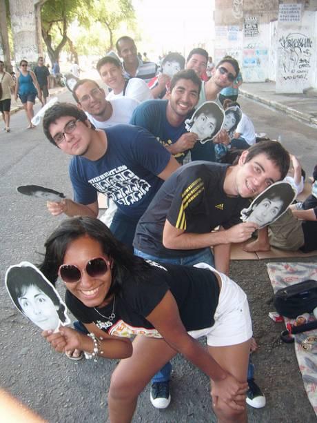 """A pernambucana Thammy Chagas (frente) e fãs fantasiados de """"Paul"""" para a surpresa durante o Show do Recife (PE)"""