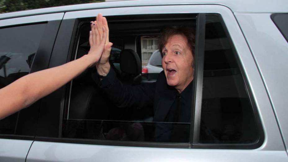 Paul Mccartney cumprimenta fãs ao deixar o hotel para show na Ressacada em Florianópolis