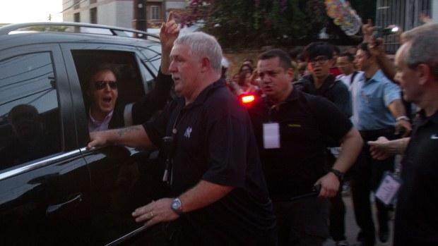 Paul chegou ao Estádio do Arruda, em Recife, acenando para os fãs que aguardavam do lado de fora