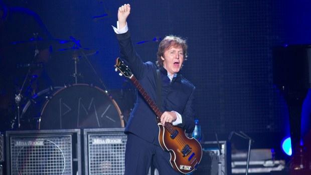 Paul acena para um público de 50.000 pessoas no início do show