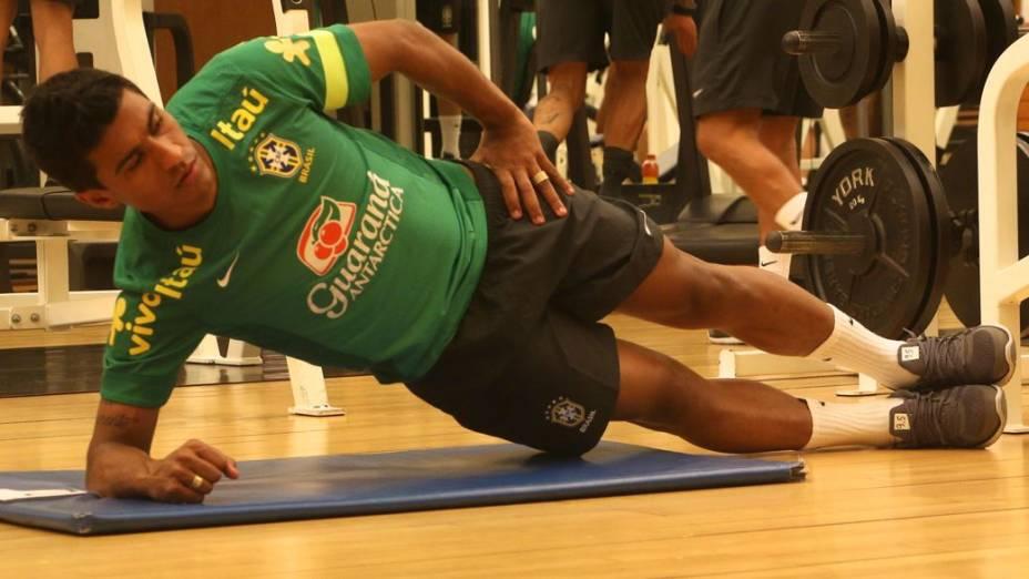 Paulinho treina na academia do hotel onde a seleção está concentrada, em Seul