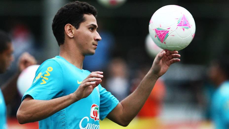 Ganso brinca com a bola durante treino da seleção olímpica para o torneio de futebol dos Jogos de Londres