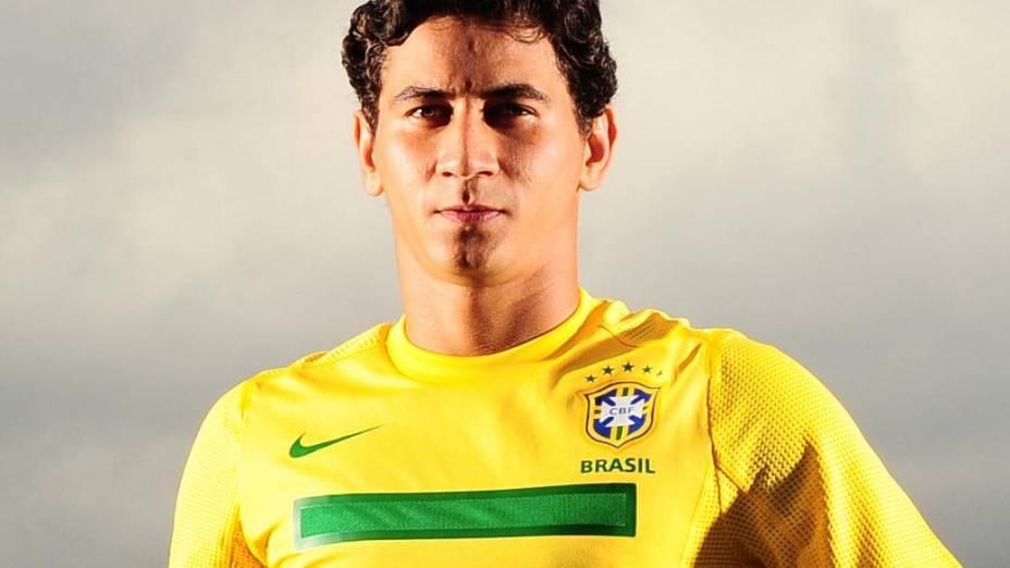 O meia Paulo Henrique Ganso posa com a camisa da seleção brasileira