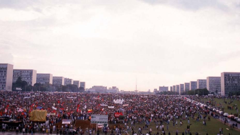 Manifestação, em frente ao Congresso Nacional, no dia da votação do impeachment de Fernando Collor