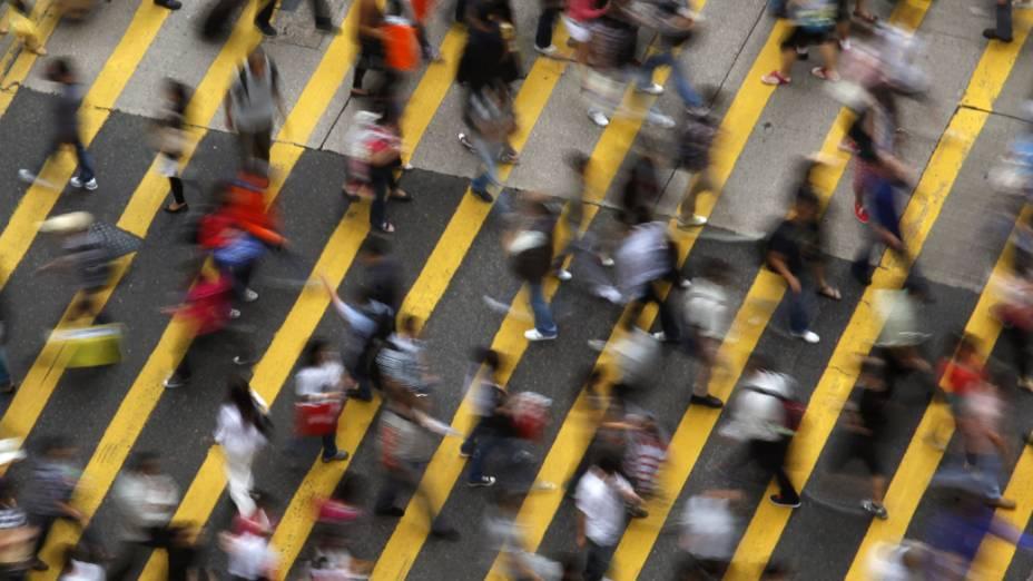 Pedestres atravessam rua em Mong Kok, distrito de Hong Kong, na China