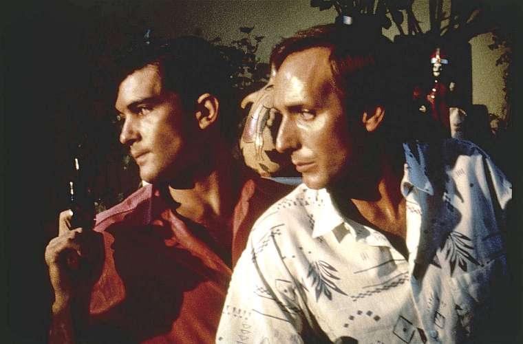 Antonio Banderas (à esq.) e Eusebio Poncela (à dir) atuando em A Lei do Desejo, de 1987.