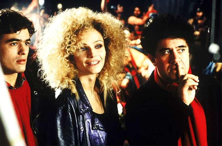 Os atores Liberto Rabai, Fransesca Neri e Pedro Almodóvar no filme Carne Trêmula, de 1997, indicado ao Prêmio Bafta, em 1999, como melhor filme estrangeiro.