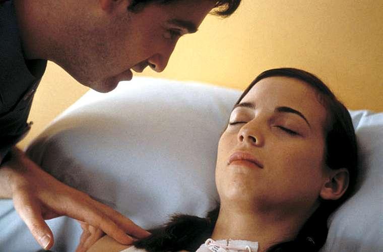 Javier Cámara e Leonor Watling em Fale Com Ela, ganhador do Oscar de melhor roteiro original, em 2003.  No mesmo ano, Almodóvar foi indicado ao prêmio de melhor diretor.