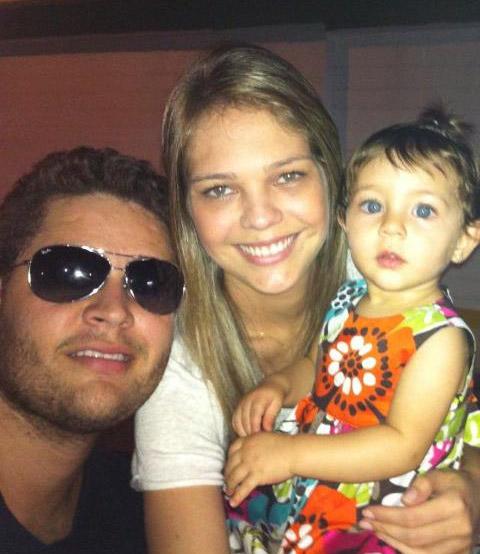 Pedro Leonardo, a mulher, Thaís Gebelein, e a filha do casal
