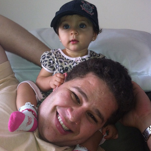 Pedro Leonardo e a filha, em foto postada pela mulher, Thaís Gebelein, no Twitter