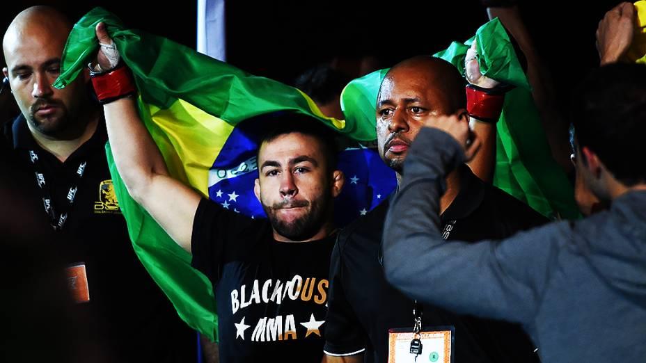 Pedro Munhoz vence Matt Hobbar na final do TUF Brasil 3 no Ginásio do Ibirapuera em São Paulo