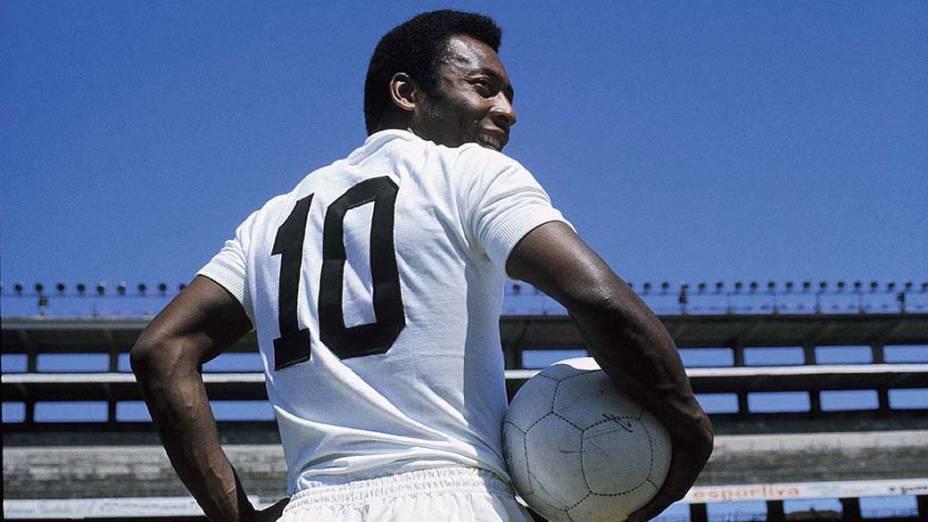 Pelé com a camisa 10 do Santos, no Estádio da Vila Belmiro, em 1973