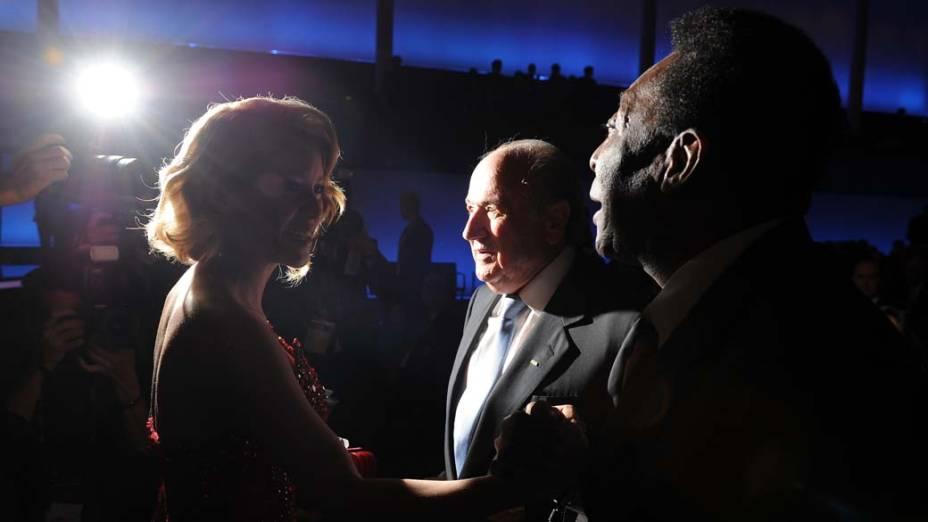 A cantora Shakira, o presidente da FIFA Sepp Blatter e o jogador Pelé na cerimônia da FIFA em Zurique, Suíça