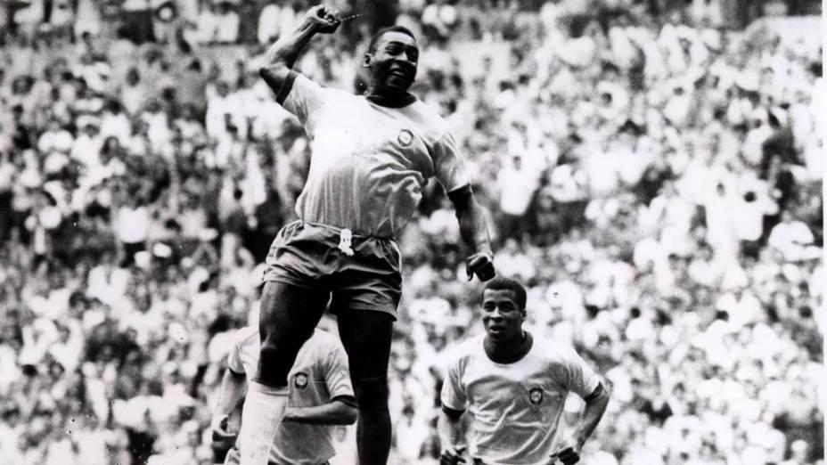 Pelé comemora gol contra a Checoslováquia com seu famoso soco no ar, na Copa do Mundo do México-1970