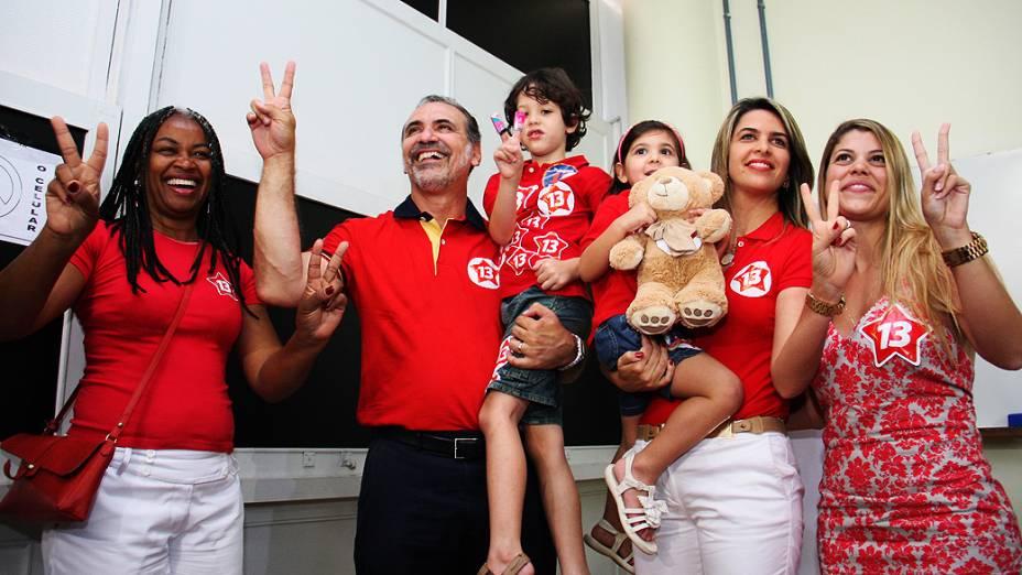 Pelegrino vota acompanhado da família, da vice Olívia Santana e comitiva
