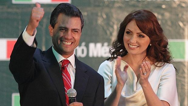Enrique Peña Nieto, apontado como novo presidente do México, celebra a vitória ao lado de sua mulher, a atriz Angélica Rivera