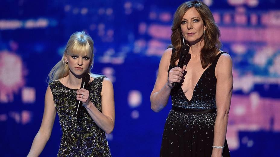 As apresentadoras Anna Faris e Allison Janney durante a premiação do Peoples Choice Awards 2015, no Nokia Theatre, em Los Angeles
