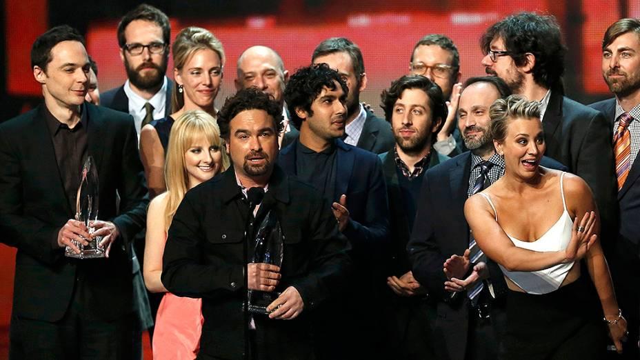 O elenco de The Big Bang Theory, durante a premiação do Peoples Choice Awards 2015, no Nokia Theatre, em Los Angeles