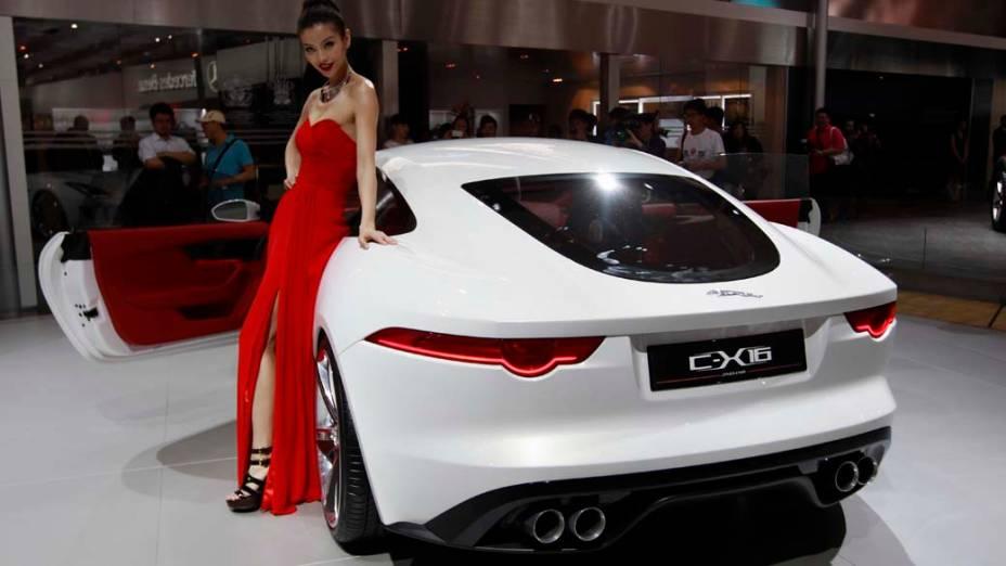 Jaguar C-X16: motor a combustão Supercharged V6 de 3 litros, 380 cavalos, e outro elétrico que acrescenta 95 cavalos; câmbio automático de 8 velocidades, velocidade máxima limitada a 300 km/h e aceleração de 0 a 100 km/h em 4,4 segundos