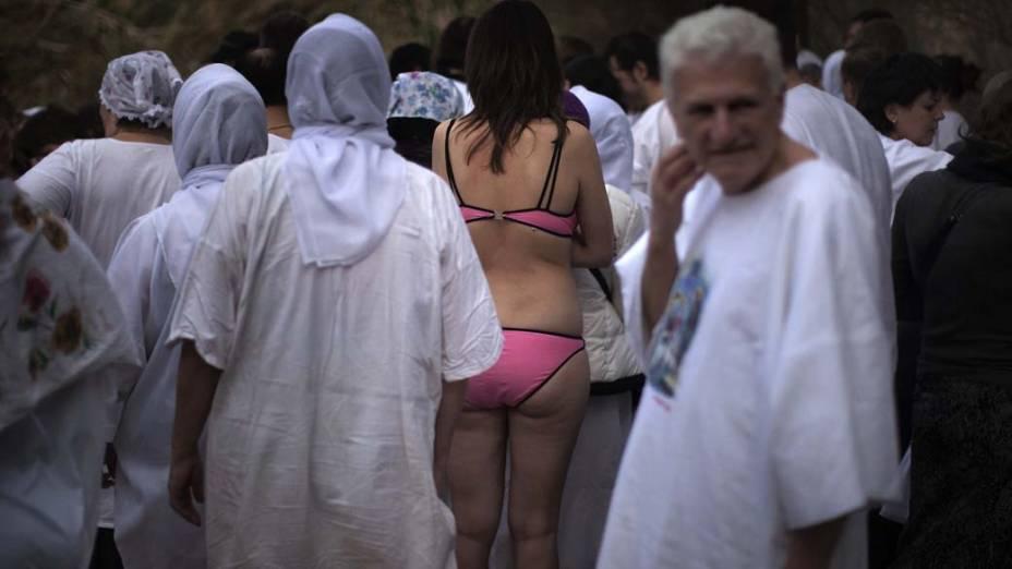 Na Jordânia, peregrinos ortodoxos do leste europeu se preparam para entrar nas águas do rio Jordão